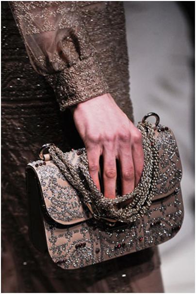 Сезон осень-зима 2012 2013 го также будут популярны сумки...  Цветные контактные линзы - умопомрачительный аксессуар.